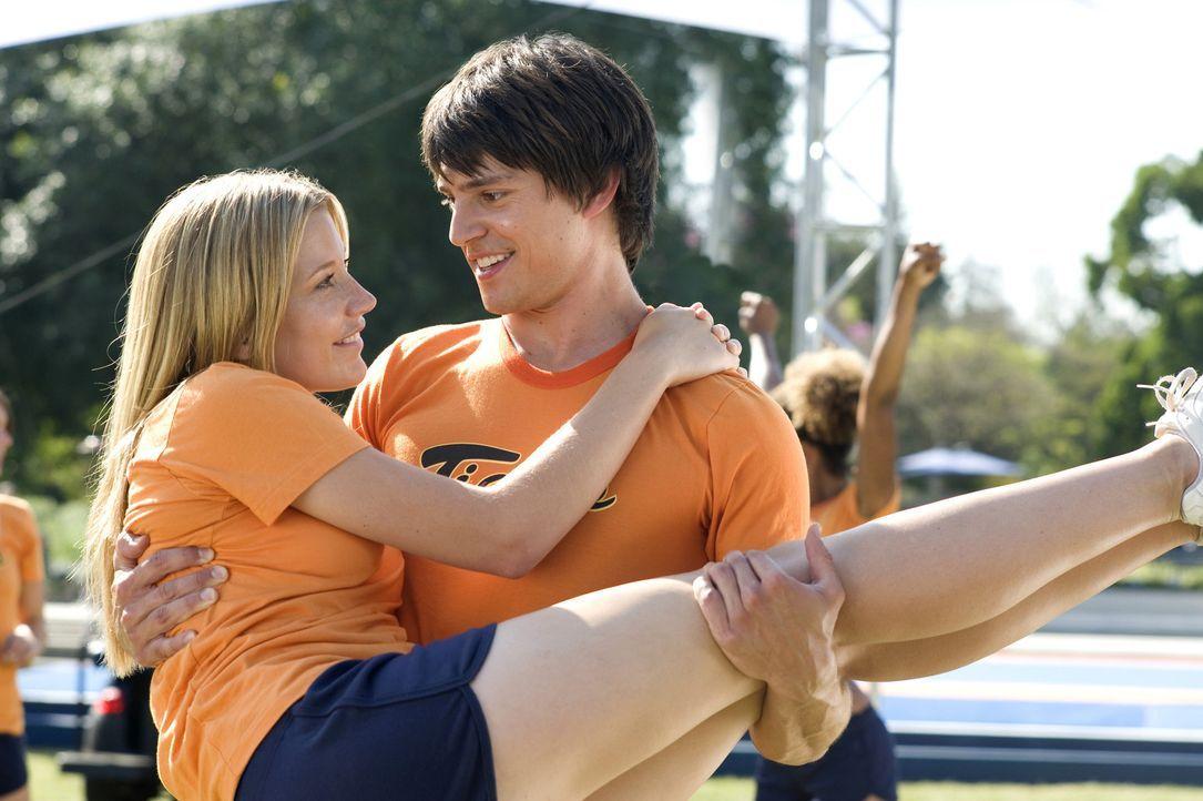Hat nur noch Augen für Carly (Sarah Roemer, l.): Shawn (Nicholas D'Agosto, r.) ... - Bildquelle: 2009 Screen Gems, Inc. All Rights Reserved.