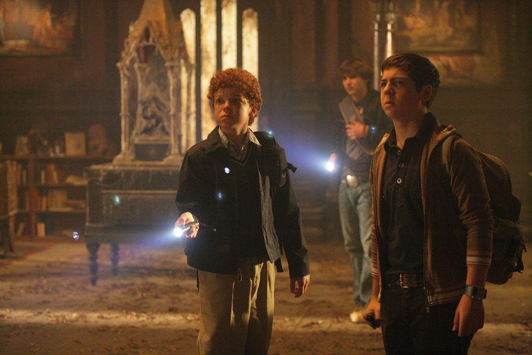 Die legendären Meisterdetektive beschäftigen sich mit einem ganz besonders unheimlichen Fall: Justus (Chancellor Miller, r.), Peter (Nick Price, M.)... - Bildquelle: Disney