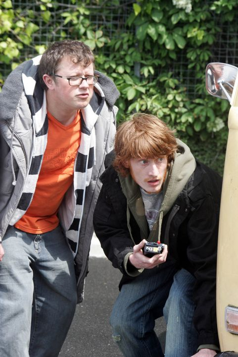 Tom (Jake Curran, r.) und Duncan (James Bradshaw, l.) verdächtigen Connor, Teil einer Verschwörung zu sein. Als sie ihn deshalb heimlich verfolgen... - Bildquelle: ITV Plc