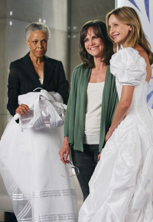 Die Verkäuferin (Greta Sesheta, l.) hat es nicht leicht mit Nora (Sally Field, M.) und Kitty (Calista Flockhart, r.) ... - Bildquelle: Disney - ABC International Television