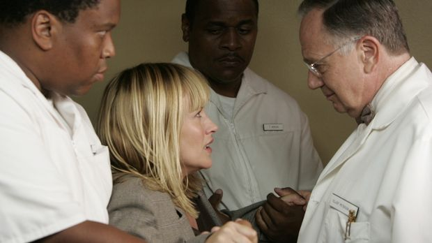 In ihrem Traum landet Allison Dubois (Patricia Arquette, 2.v.l.) in einer psy...