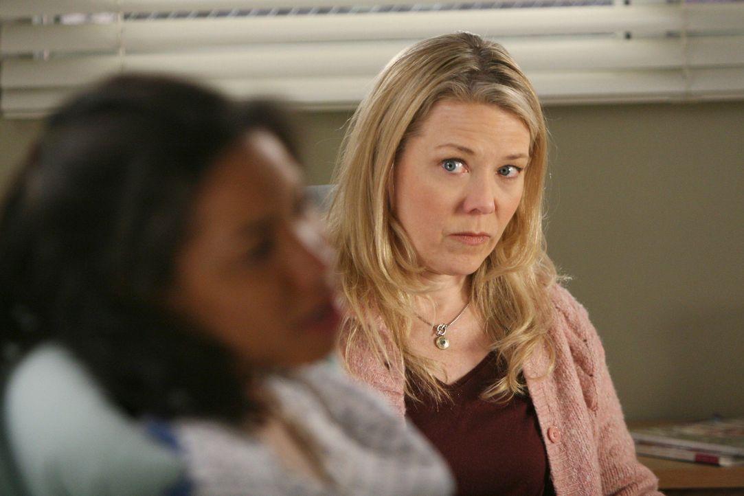 Liz (Kathryn Meisle, r.) macht sich Sorgen um Beth (Jurnee Smollett, l.), die an einem Tumor leidet ... - Bildquelle: Touchstone Television
