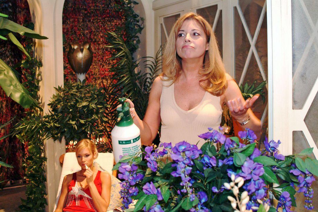 Laura (Olivia Pascal, r.) freut sich, dass Sabrina (Nina-Friederike Gnädig, l.) sie zum Fitnesstraining bei ihrem Personal Trainer begleiten will. - Bildquelle: Monika Schürle Sat.1