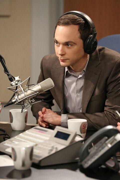 Wird zu einem Interview mit Ira Flatow eingeladen: Sheldon (Jim Parsons) ... - Bildquelle: Warner Brothers
