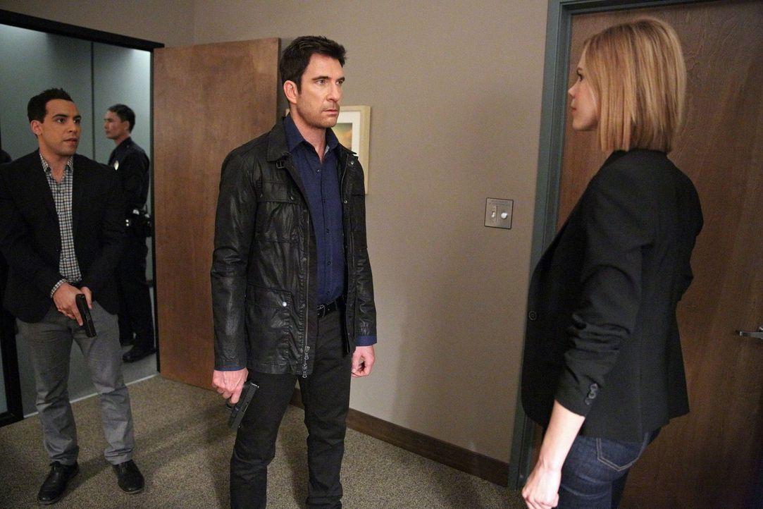 Während Jack (Dylan McDermott, M.), Ben (Victor Rasuk, l.) und Janice (Mariana Klaveno, r. )in einem neuen Fall ermitteln, macht Beth eine schockier... - Bildquelle: Warner Bros. Entertainment, Inc.