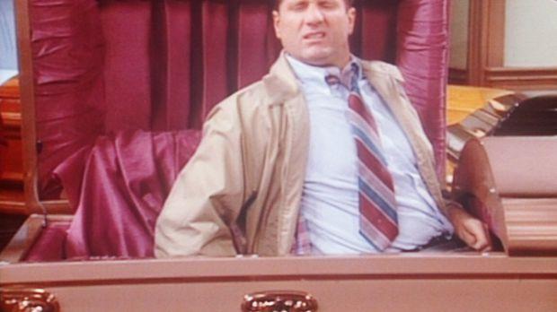 Al (Ed O'Neill) hat sich zum Probeliegen in einen Sarg gebettet. © Sony Pictu...
