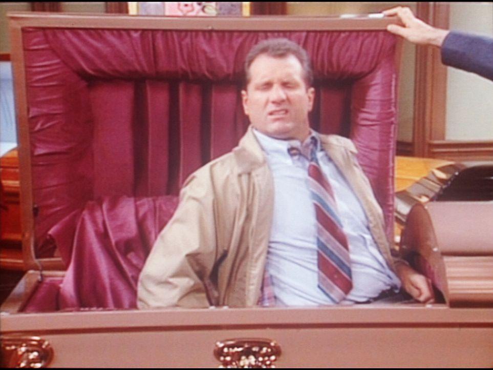 Al (Ed O'Neill) hat sich zum Probeliegen in einen Sarg gebettet. - Bildquelle: Sony Pictures Television International. All Rights Reserved.