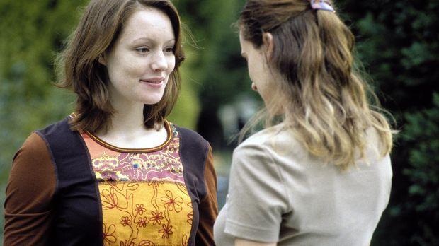 Johanna (Lavinia Wilson, l.) begrüßt ihre beste Freundin Jasmin (Annabelle La...
