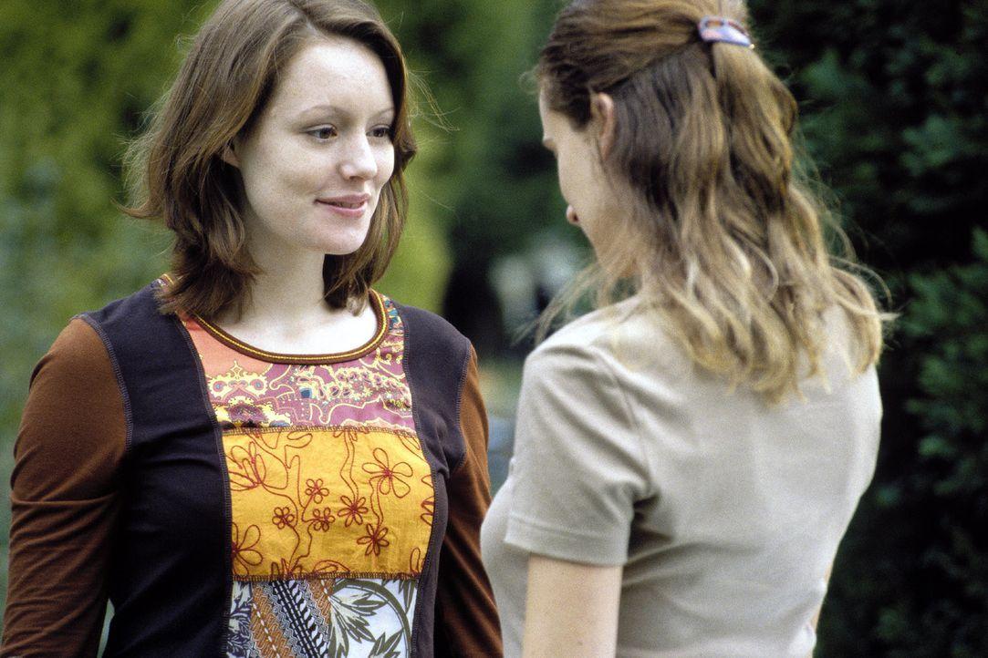 Johanna (Lavinia Wilson, l.) begrüßt ihre beste Freundin Jasmin (Annabelle Lachatte, r.). - Bildquelle: Jiri Hanzl Sat.1