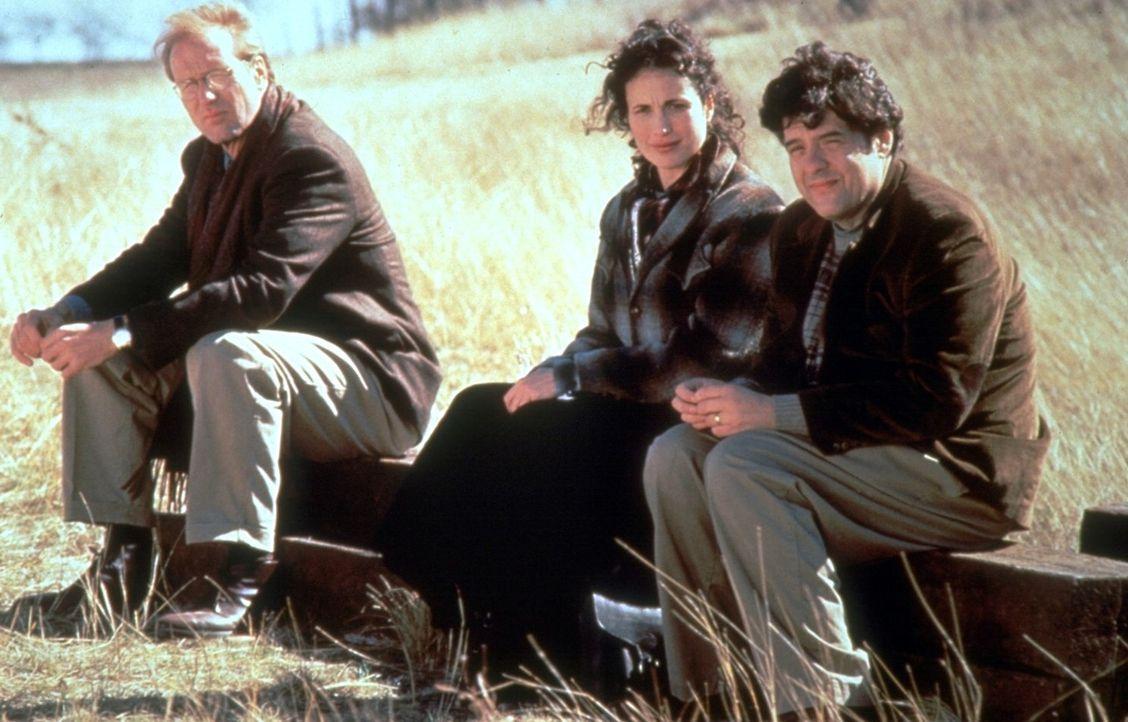 Die Reporter Frank (William Hurt, l.), Dorothy (Andie MacDowell, M.) und Huey (Robert Pastorelli, r.) erhalten den Auftrag, den Engel Michael von Io... - Bildquelle: Warner Brothers