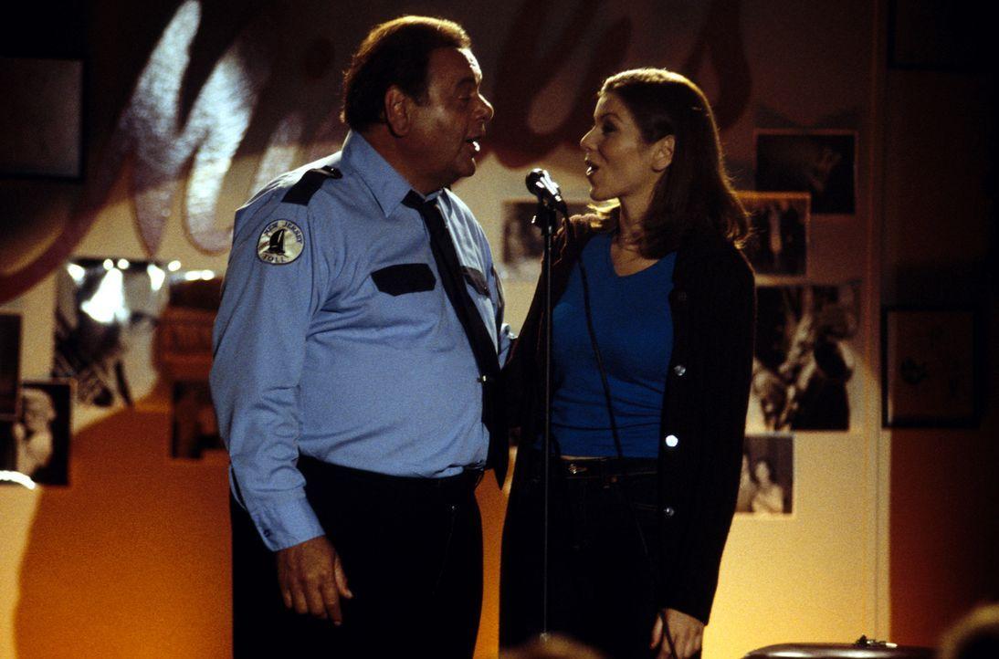 Kann Frank (Paul Sorvino, l.) seiner Tochter Lydia (Heather Paige Kent, r.) weiterhelfen? - Bildquelle: CBS Television