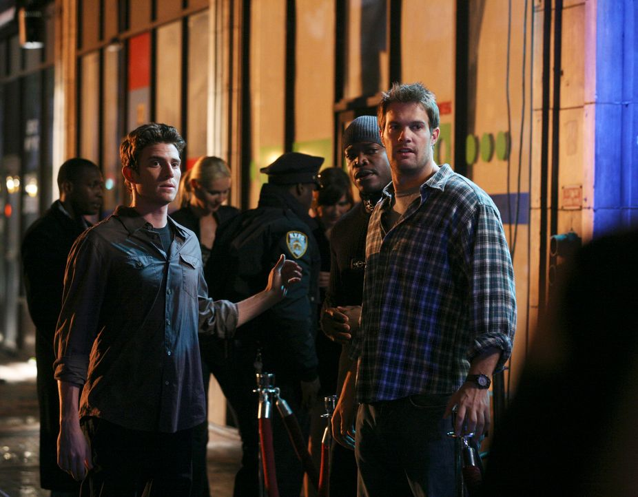 Nick (Bryan Greenberg, l.) und Eddie (Geoff Stults, r.) erkundigen sich nach Owen, welcher zusammen mit einer Frau den Club verlassen hat ... - Bildquelle: ABC Studios