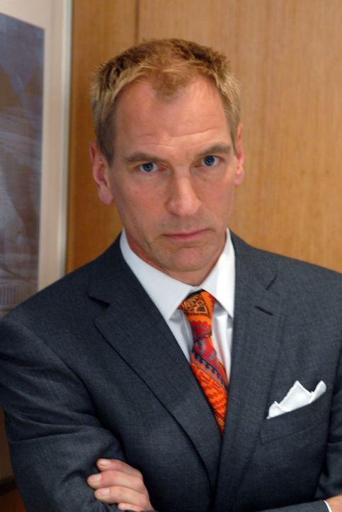 Hector (Julian Sands) ist alles andere als begeistert von Nicos Idee, Prinz William halbnackt auf dem Cover der Zeitung zu präsentieren ... - Bildquelle: 2004 NBC, Inc.