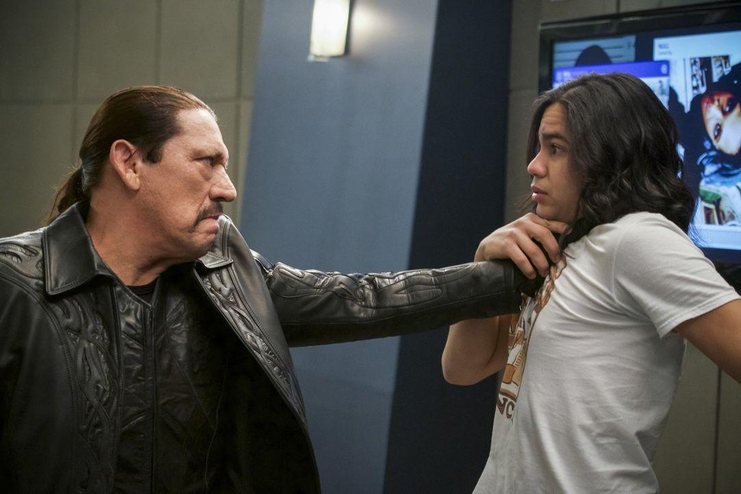 Breacher (Danny Trejo, l.) kommt mit einem persönlichen Anliegen ausgerechnet zu Cisco (Carlos Valdes, r.) ... - Bildquelle: 2017 Warner Bros.