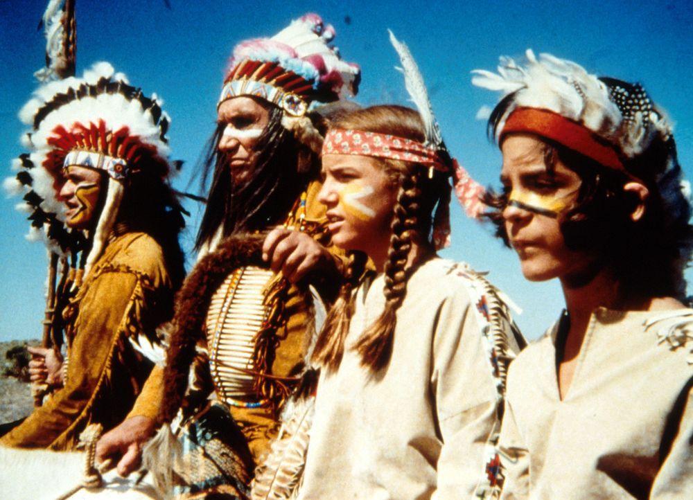 Albert (Matthew Laborteaux, r.) träumt: Laura (Melissa Gilbert, 2.v.r.) und er werden für echte Indianer gehalten. - Bildquelle: Worldvision