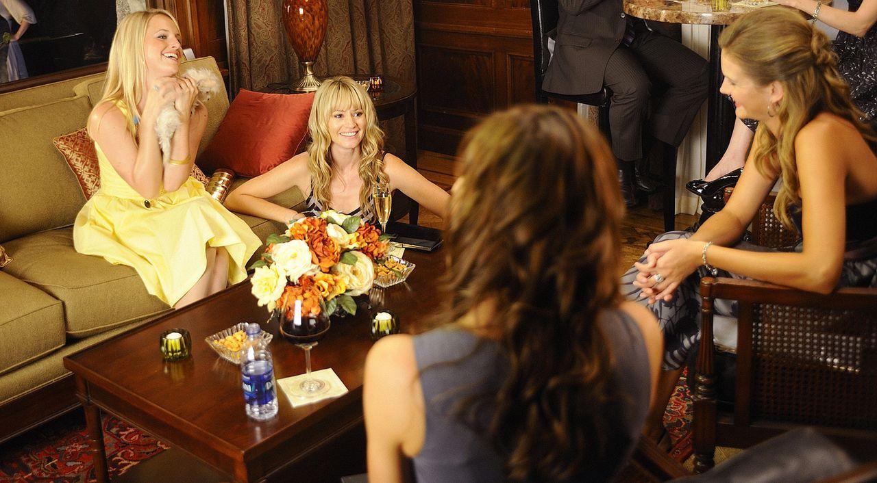 Junggesellinenabschied: Beth (Amber Borycki, l.) und Chloe (Cameron Richardson, r.) ... - Bildquelle: 2009 CBS Studios Inc. All Rights Reserved.