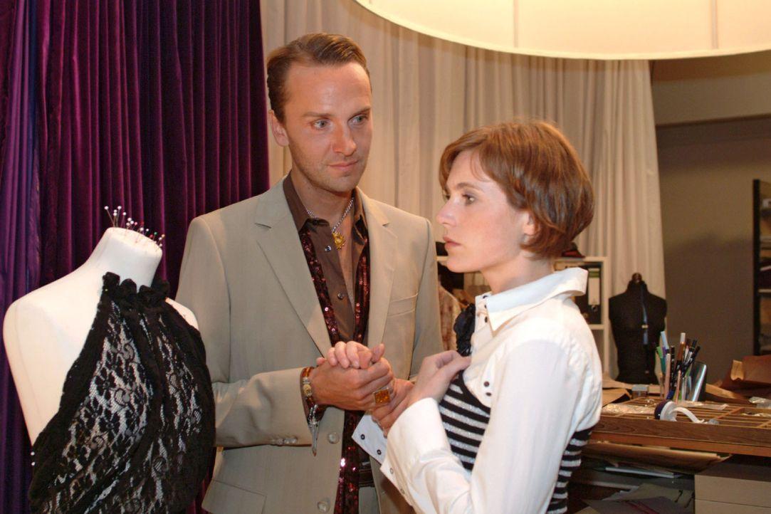 Hugo (Hubertus Regout, l.) bittet Britta (Susanne Berckhemer, r.), seine Gefühle ihr gegenüber ernst zu nehmen. - Bildquelle: Monika Schürle Sat.1