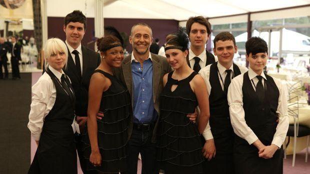 Michel Roux macht es sich zur Aufgabe acht jungen Menschen die hohe Kunst des...
