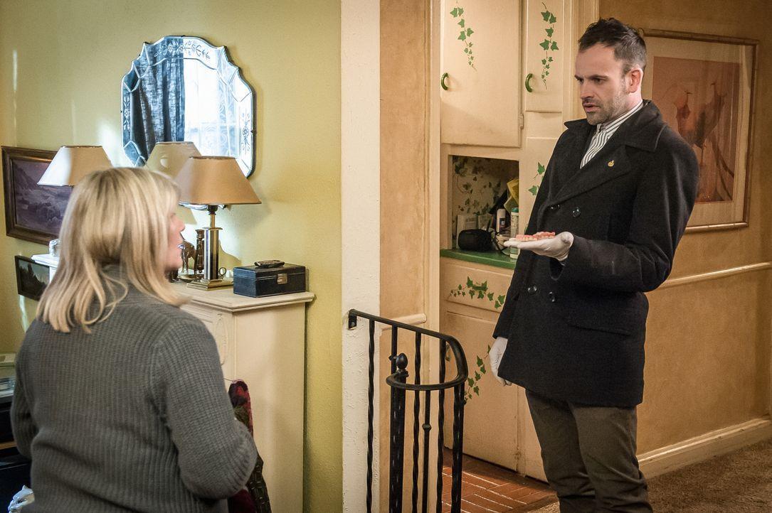 Holmes (Jonny Lee Miller, r.) befragt Ruth Colville (Judith Ivey, l.), die Mutter des Serienmörders, der vor Jahren im Gefängnis erstochen wurde. Wi... - Bildquelle: CBS Television