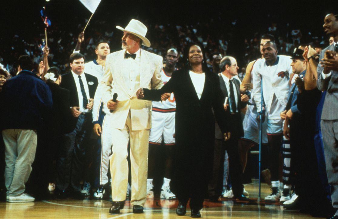 Nicht nur von den Fans, sondern auch von dem ganzen Team und Wild Bill Burgess (Frank Langella, M. l.) wird Eddie (Whoopie Goldberg, M. r.) nach dem... - Bildquelle: Myles Aronowitz Buena Vista Pictures