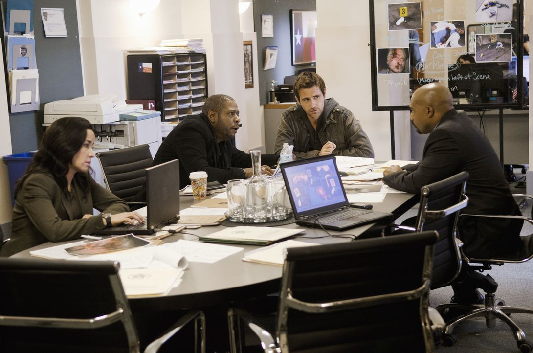 In Dallas werden eine Drogensüchtige, ein Dealer und ein alter Mann ermordet. Det. Sanderson (Michael Beach, r.), bittet Mick (Matt Ryan, 2.v.r.), S... - Bildquelle: ABC Studios