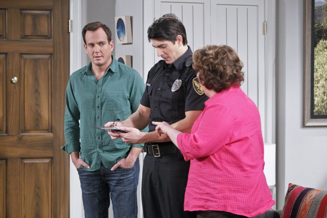 Kurz vor ihrem Geburtstag wird in Carols (Margo Martindale, r.) Auto eingebrochen und diverse Gegenstände gestohlen. Officer Dixon (Brandon Routh, M... - Bildquelle: 2013 CBS Broadcasting, Inc. All Rights Reserved.