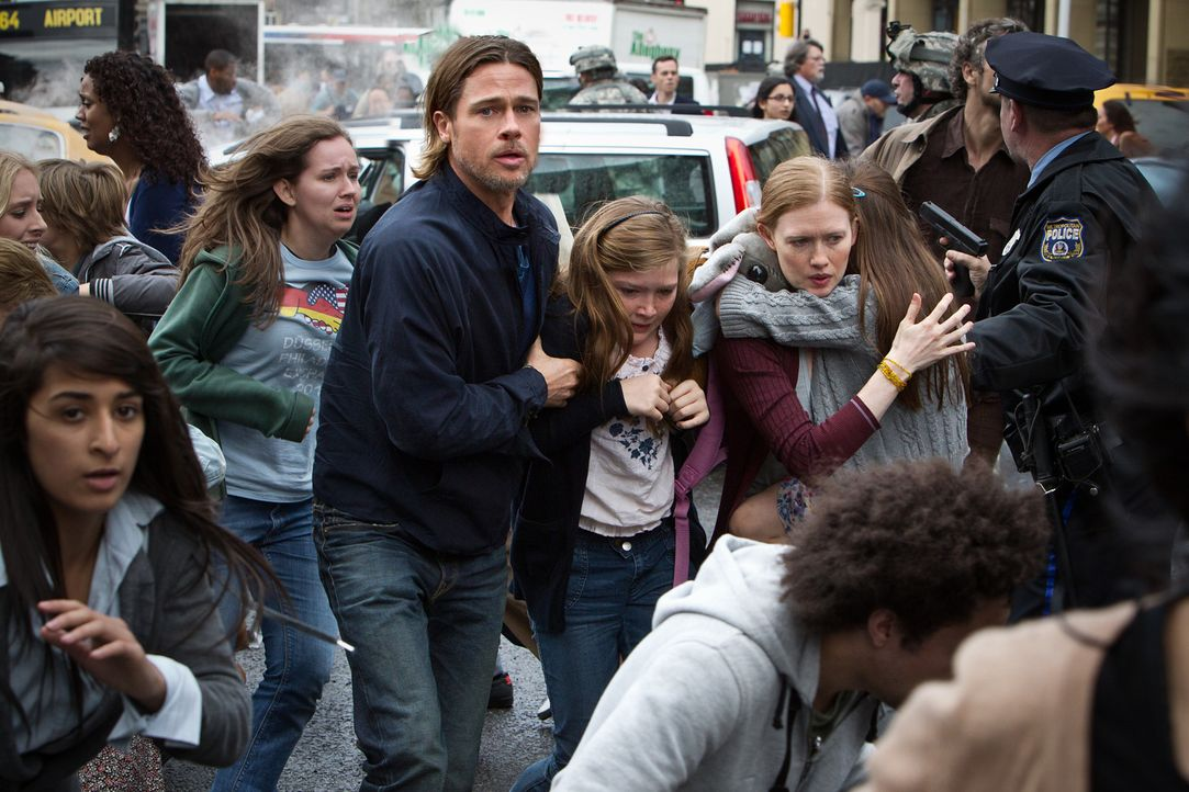 Kann Gerry Lane (Brad Pitt, l.) seine Militärerfahrung einsetzen, um seine Familie retten? Tochter Rachel (Abigail Hargrove, M.) und Ehefrau Karin (... - Bildquelle: 2013 Paramount Pictures.  All Rights Reserved.