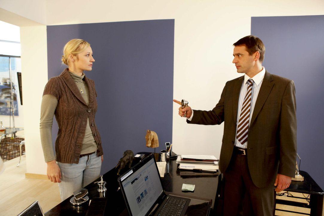 Nachdem Karin Beschenko (Barbara Sotelsek, l.) Stefan Bergmann (Ulrich Drewes, r.) die Meinung gesagt hat, kündigt er ihr ohne Vorwarnung ... - Bildquelle: David Saretzki SAT.1
