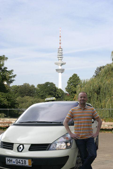 """Das """"Quiz Taxi"""" in Hamburg: Der Fahrer und Moderator Thomas Hackenberg bietet seinen Fahrgästen die Chance, ein kleines Vermögen zu gewinnen ... - Bildquelle: kabel eins"""