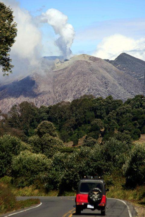 """Wolken über dem """"Turrialba"""" - Bildquelle: dpa"""