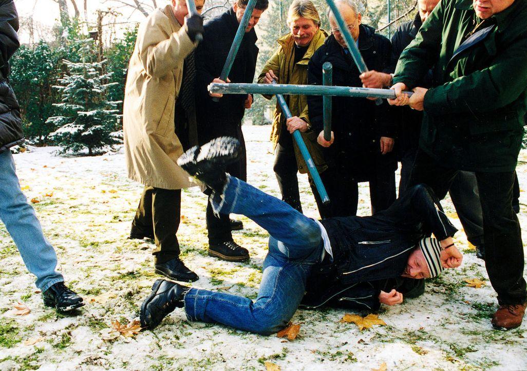 """Die Nachbarn sind von Moritz' (Simon Schwarz, liegend) Schuld überzeugt. Da er wegen Mangel an Beweisen freigelassen wurde, wollen sie jetzt für """"Re... - Bildquelle: Ali Schafler Sat.1"""