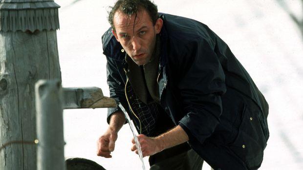 Endlich hat Stockinger (Karl Markovics) eine Spur des flüchtigen Peter Gschie...