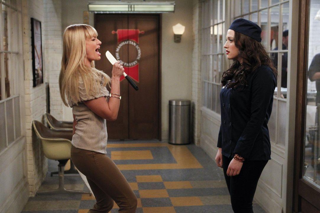 Die Wahrheit über Deke ist für Caroline (Beth Behrs, l.) wie Weihnachten, während sich Max (Kat Dennings, r.) hintergangen und betrogen fühlt ... - Bildquelle: Warner Bros. Television