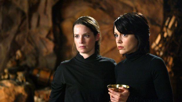 Phoebe (Alyssa Milano, r.), Piper (Holly Marie Combs, l.) sind gezwungen, ein...