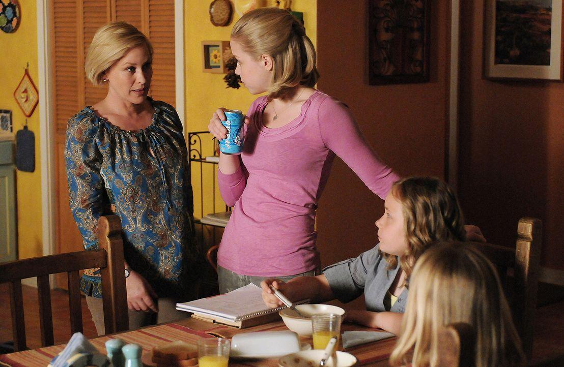 Ariel (Sofia Vassilieva, 2.v.l.) passt regelmäßig auf Brendan Kerrigan auf, das Baby ihrer Lehrerin Lisa Kerrigan. Eines Abends findet sie Lisa ersc... - Bildquelle: Paramount Network Television