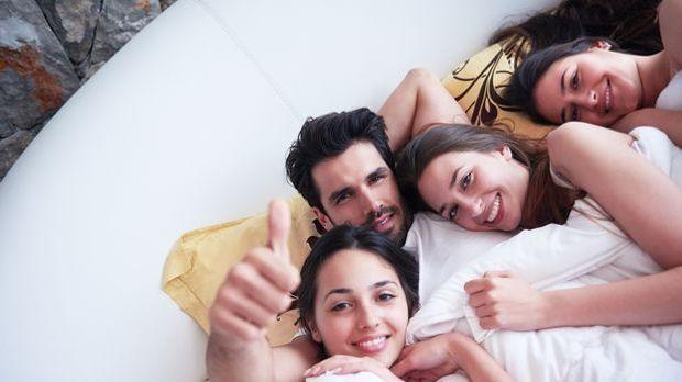 Gruppensex mit einem Mann und drei Frauen