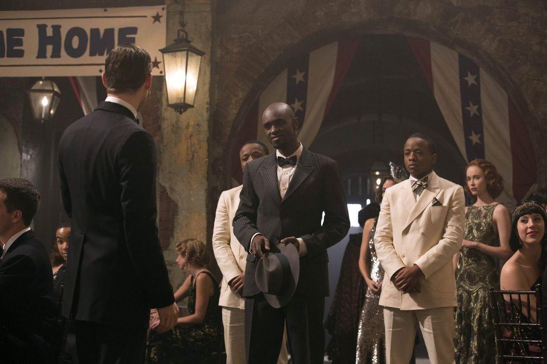 Eine Begegnung, der Klaus (Joseph Morgan, l.) lieber aus dem Weg gegangen wäre, vor allem, weil Papa Tunde (Owiso Odera, 3.v.l.) noch ein gefährlich... - Bildquelle: Warner Bros. Television