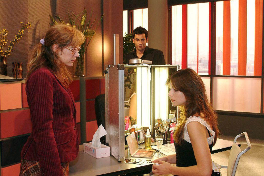 Lisa (Alexandra Neldel, l.) ist überfordert, als Mariella (Bianca Hein, r.) sie bittet, das Geheimnis über ihre Affäre zu bewahren. Bevor sie rea... - Bildquelle: Monika Schürle Sat.1