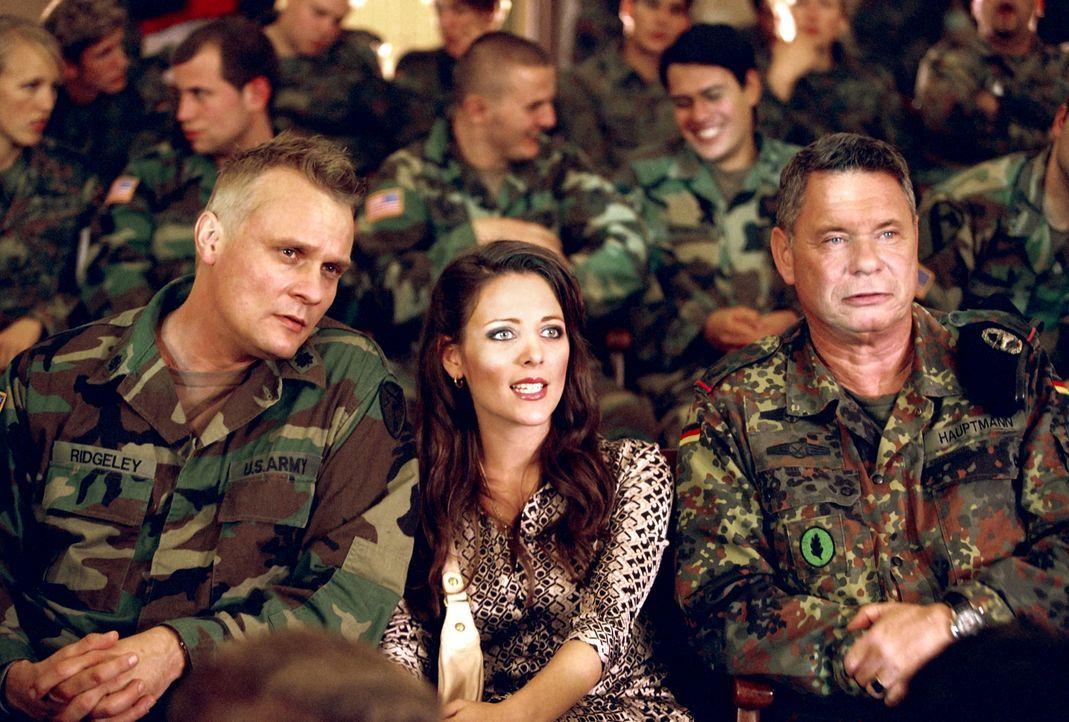 Eines Tages beschließen der amerikanische General Ridgeley (Carsten Norgaard Kristensen, l.), seine hübsche Frau (Lucie Pohl, M.) und der deutsche M... - Bildquelle: Constantin Film