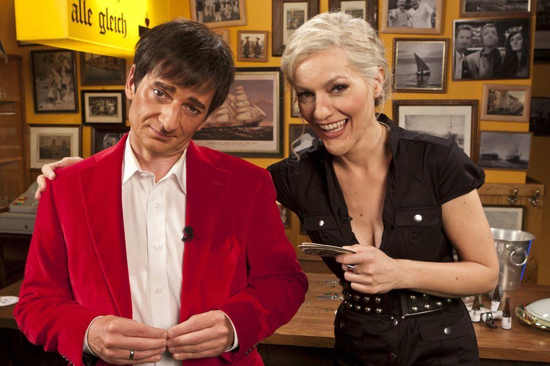 """(5. Staffel) - Bei """"Switch Reloaded"""" bleibt niemand verschont: Ina Müller (Martina Hill, r.) und Ranga Yogeshwar (Michael Kessler, l.) ... - Bildquelle: ProSieben"""