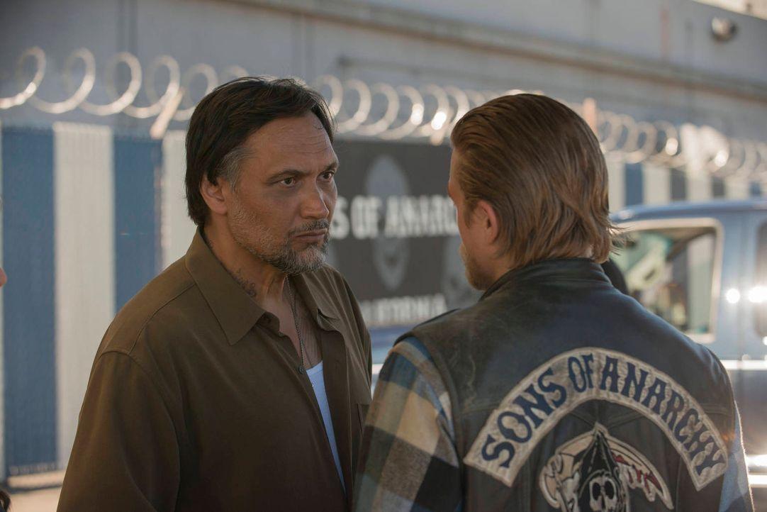 Neue Geschäftspartner: Nero (Jimmy Smits, l.) und Jax (Charlie Hunnam, r.) ... - Bildquelle: 2012 Twentieth Century Fox Film Corporation and Bluebush Productions, LLC. All rights reserved.