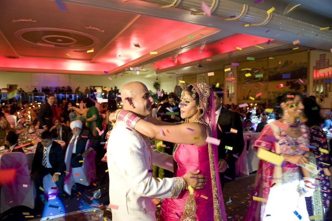 Raman (r.) und ihr Mann (l.) genießen es, im Mittelpunkt zu stehen ... - Bildquelle: ITV Studios Limited 2010