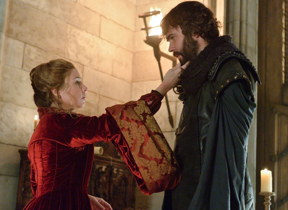 Königin Katherine (Megan Follows, l.) und ihr engster Berater Nostradamus (Rossif Sutherland, r.) werden des Ehebruchs bezichtigt. Doch was verbinde... - Bildquelle: Ben Mark Holzberg 2013 The CW Network, LLC. All rights reserved.
