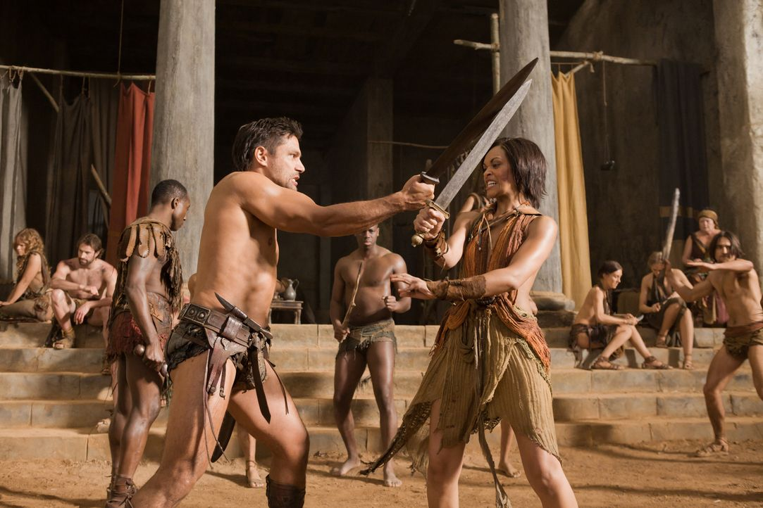 Trainingsstunde: Crixus (Manu Bennett, l.) und Naevia (Cynthia-Addai Robinson, r.) ... - Bildquelle: 2011 Starz Entertainment, LLC. All rights reserved.