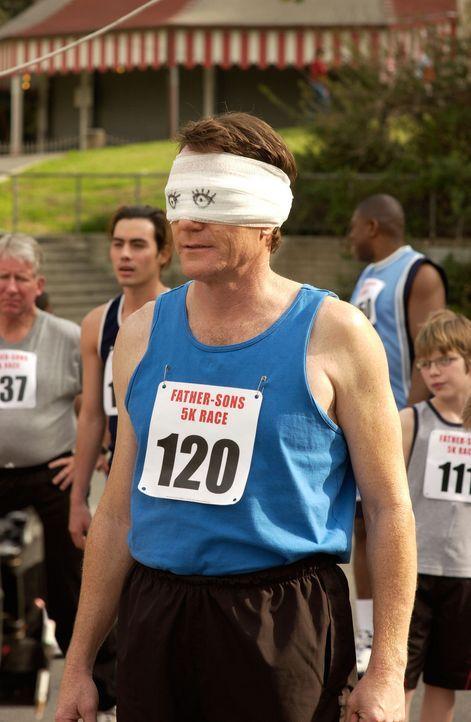 Obwohl sich Hal (Bryan Cranston) die Augen mit einem Feuerlöscher verätzt hat, nimmt er blind am 'Vater-Sohn'-Rennen teil ... - Bildquelle: TM +   2000 Twentieth Century Fox Film Corporation. All Rights Reserved.
