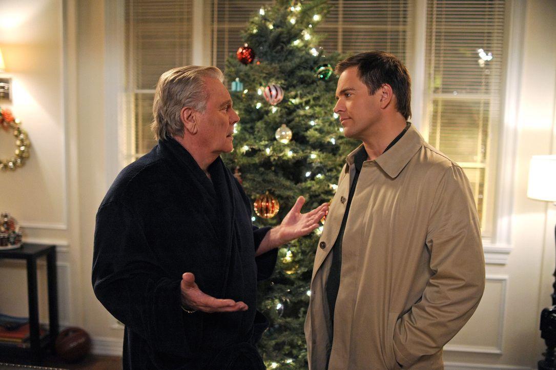 Zu Weihnachten bekommt DiNozzo (Michael Weatherly, r.) Besuch von seinem Vater (Robert Wagner, l.), während das NCIS-Team einen Mord aufzuklären m... - Bildquelle: CBS Television