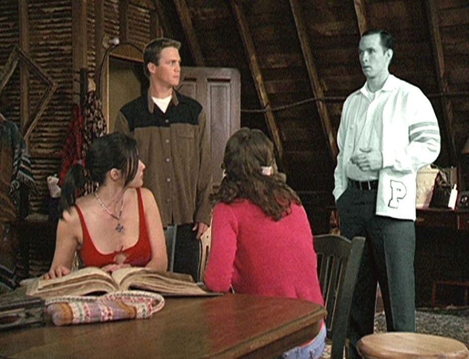 (v.l.n.r.) Prue (Shannen Doherty), Leo (Brian Krause) und Phoebe (Alyssa Milano) wissen nicht, wie sie es Billy (Chris Payne Gilbert) begreiflich ma... - Bildquelle: Paramount Pictures