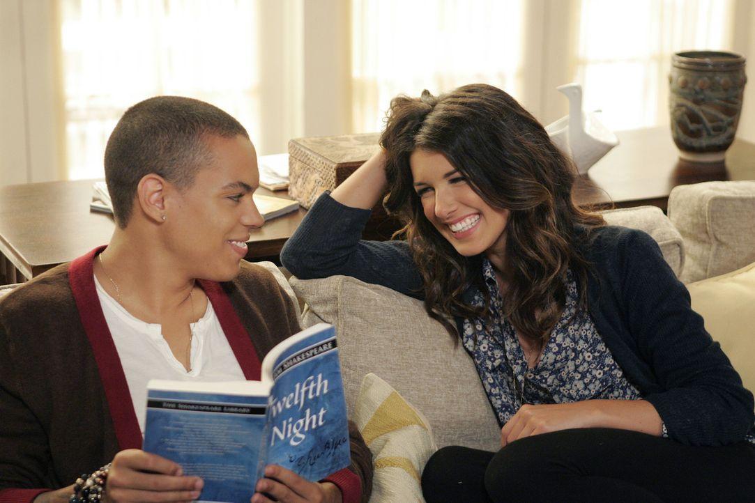 Annie (Shenae Grimes, r.) flirtet heftig mit Charlie (Evan Ross, l.), Liams verhassten Stiefbruder ... - Bildquelle: TM &   CBS Studios Inc. All Rights Reserved