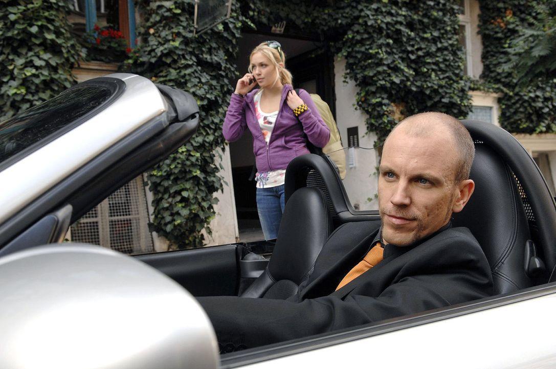 Nancy (Jil Funke, hinten) will abhauen, als sie Gerrit (Lars Löllmann, vorne) in die Arme läuft. - Bildquelle: Claudius Pflug Sat.1