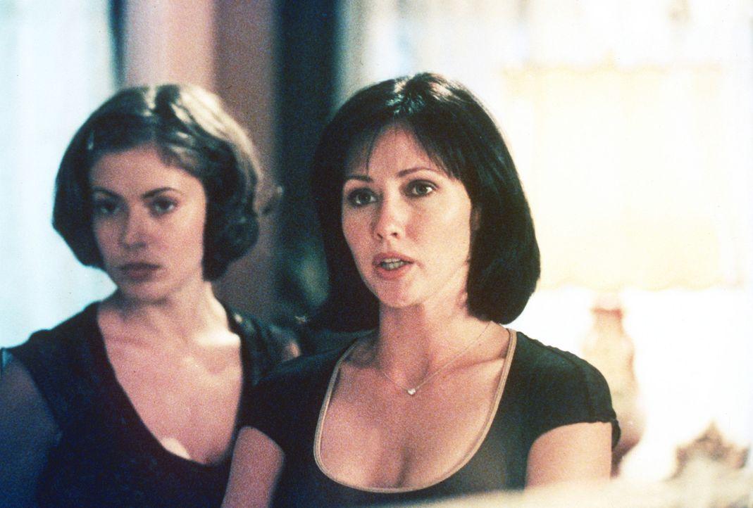 Prue (Shannen Doherty, r.) und Phoebe (Alyssa Milano, l.) vermuten ihren Vater auf der Seite des Bösen. - Bildquelle: Paramount Pictures